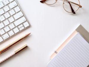 眼鏡とパソコンと文房具